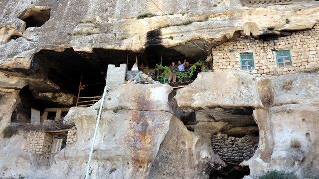 Bayramlarda misafirlerini mağarada ağırlıyor