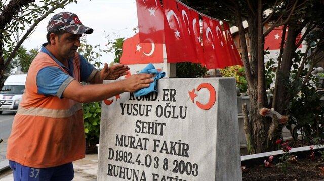 Şehit mezarlarını gönüllü olarak temizleyen koca yürekli adam