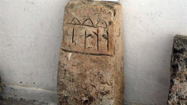"""Bin 300 yıllık mezar taşının üzerinde Göktürk alfabeyle yazılmış yazı: """"Her şey fanidir"""""""