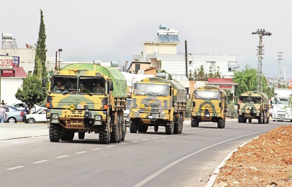 Hatay'da sınır noktalarında görevli birliklere takviye olarak askeri araç sevkiyatı sürüyor. TSK unsurları ile diğer istihbarat ve güvenlik güçleri, olası bir hareketlilikte İdlib'den gelecek göç dalgasını Suriye toprakları içinde karşılayacak.