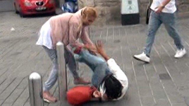 Vatandaşlar şaştı kaldı: Taksim'de kızların 'omuz atma' kavgası