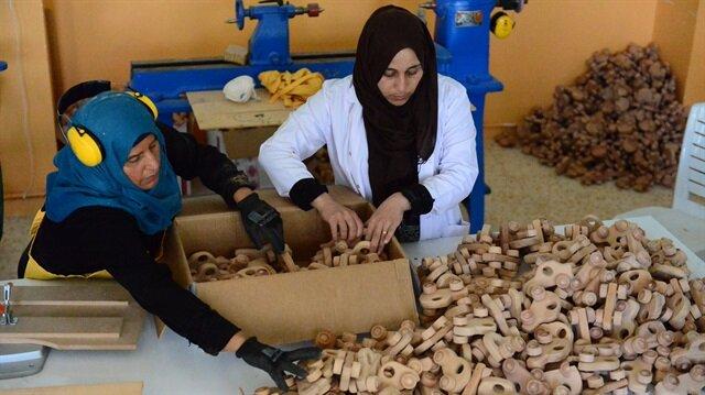 Suriyeli marangoz kadınlardan miniklere oyuncak