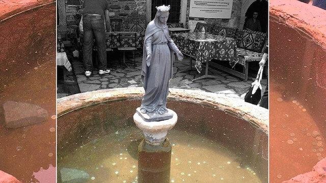 Kilise havuzuna atılan paralar kayıp
