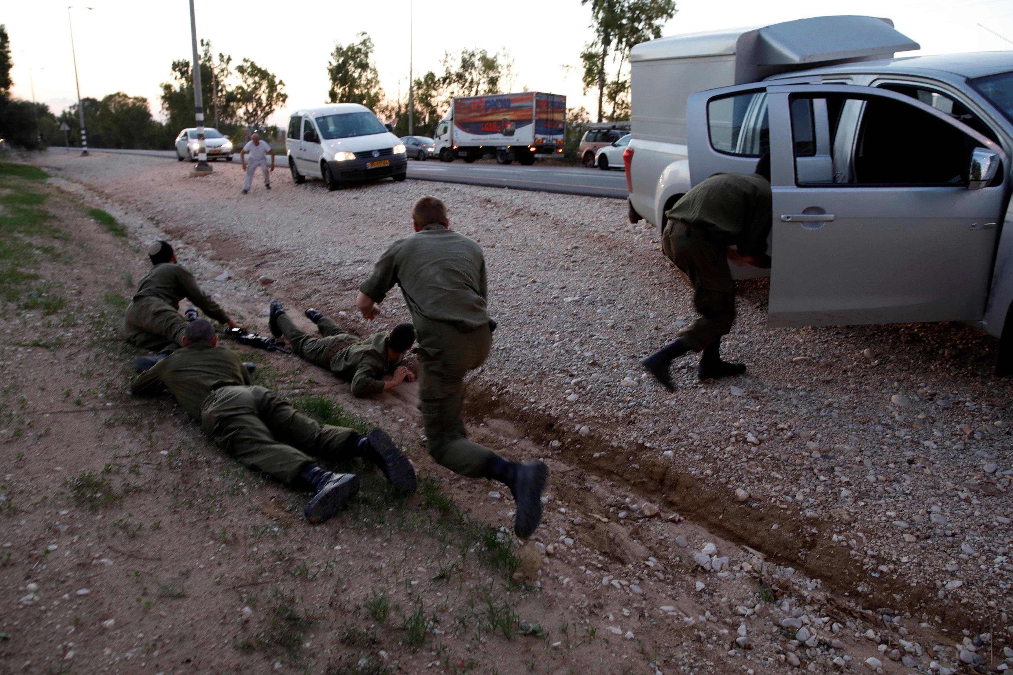 İsrail'in Gazze sınırına yakın bölgelerinde siren sesleri çaldı. Korku içinde yere yattılar.