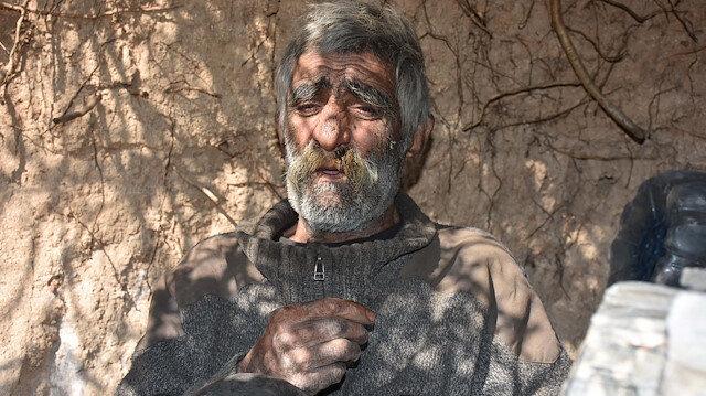 2 dil bilen yaşlı adam 40 yıldır mağarada yaşıyor