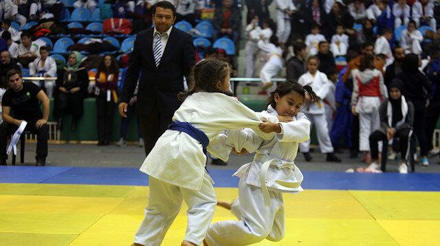 8 yaşındaki minik judocu rakibini 7 saniyede yere serdi