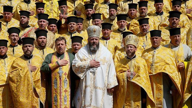 Kilisede gerilim: Rahipler birbirine girdi