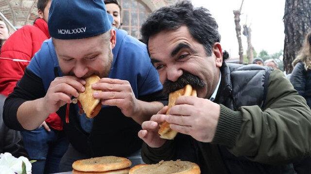 Çaycı Hüseyin tahinli pide yeme yarışmasına katıldı