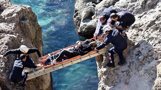 """""""Yapma"""" diyenleri dinlemedi: 6 metreden kayalıklara düştü"""