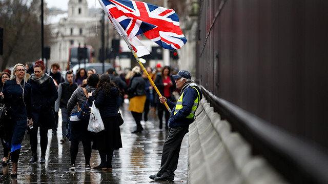 Brexit çıkmazı İngiliz halkını böldü