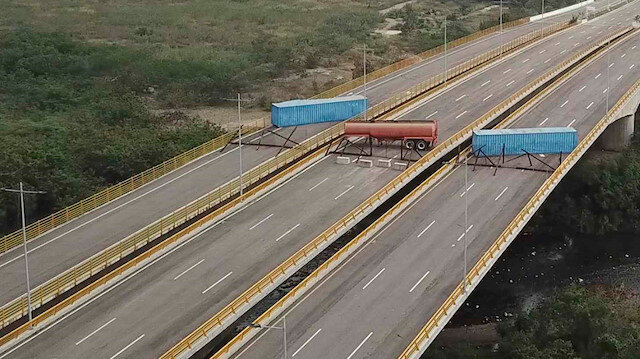 Venezuela yardım geçecek yolları barikatlarla kapattı