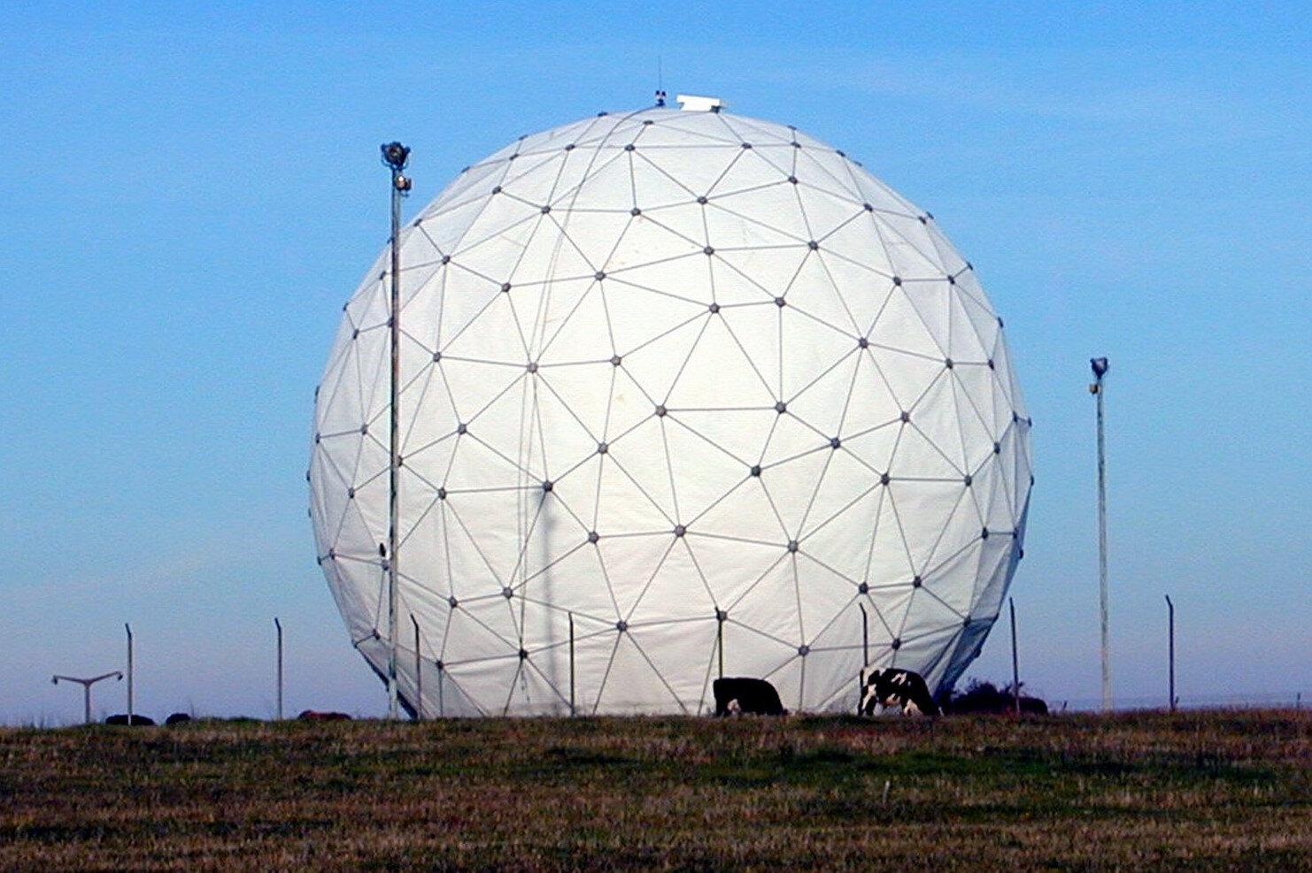 Askeri radar üsleri oldukça geniş çaplı bir alanın izlenmesi kabiliyetine sahip olabiliyor.