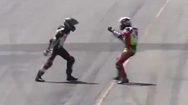 Yarışın ortasında yumruk yumruğa kavga ettiler