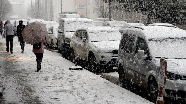 Aniden bastıran kar nedeniyle kent merkezi ve araçlar kısa sürede beyaza büründü.