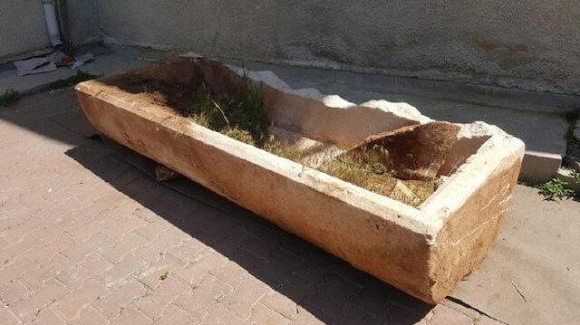 Tarlasını sürerken Roma dönemine ait lahit buldu