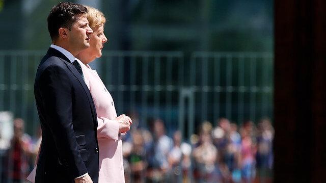 Merkel törende titremeye başladı