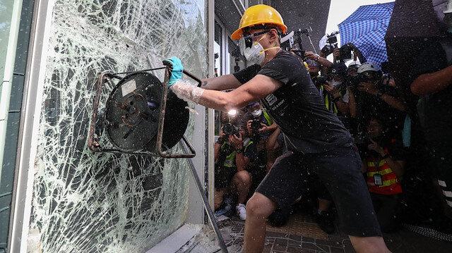 Hong Kong'da protestocular şiddete başvuruyor