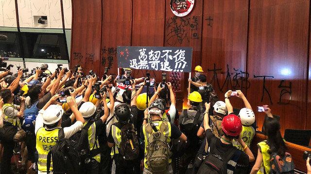 Hong Kong'daki protestocular Meclis binasını bastı
