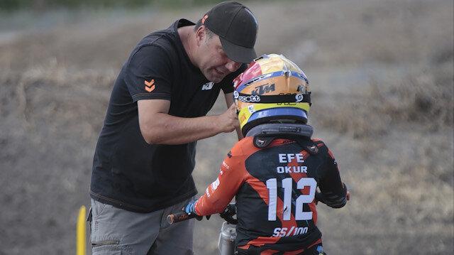 Minik şampiyon Efe Okur'un gözyaşlarına babası yetişti
