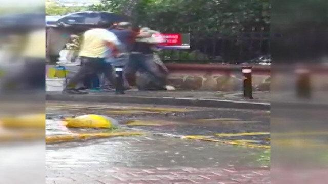 Taksici parasını alamadığı iddiasıyla turisti darp etti