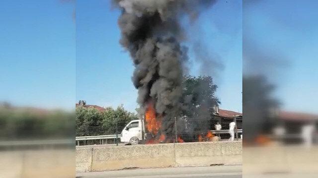 Parke yüklü kamyonet alev alev yandı