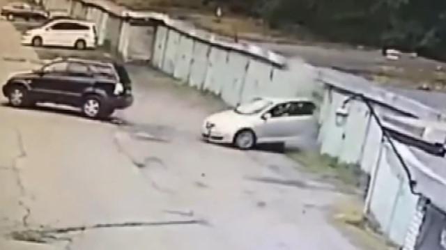 Aracını park etmek isterken komşusunun garajına daldı