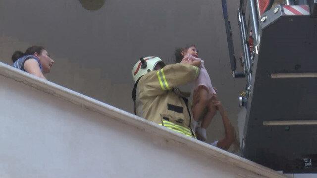 Esenyurt'ta yangında mahsur kalan bebekleri ekipler kurtardı