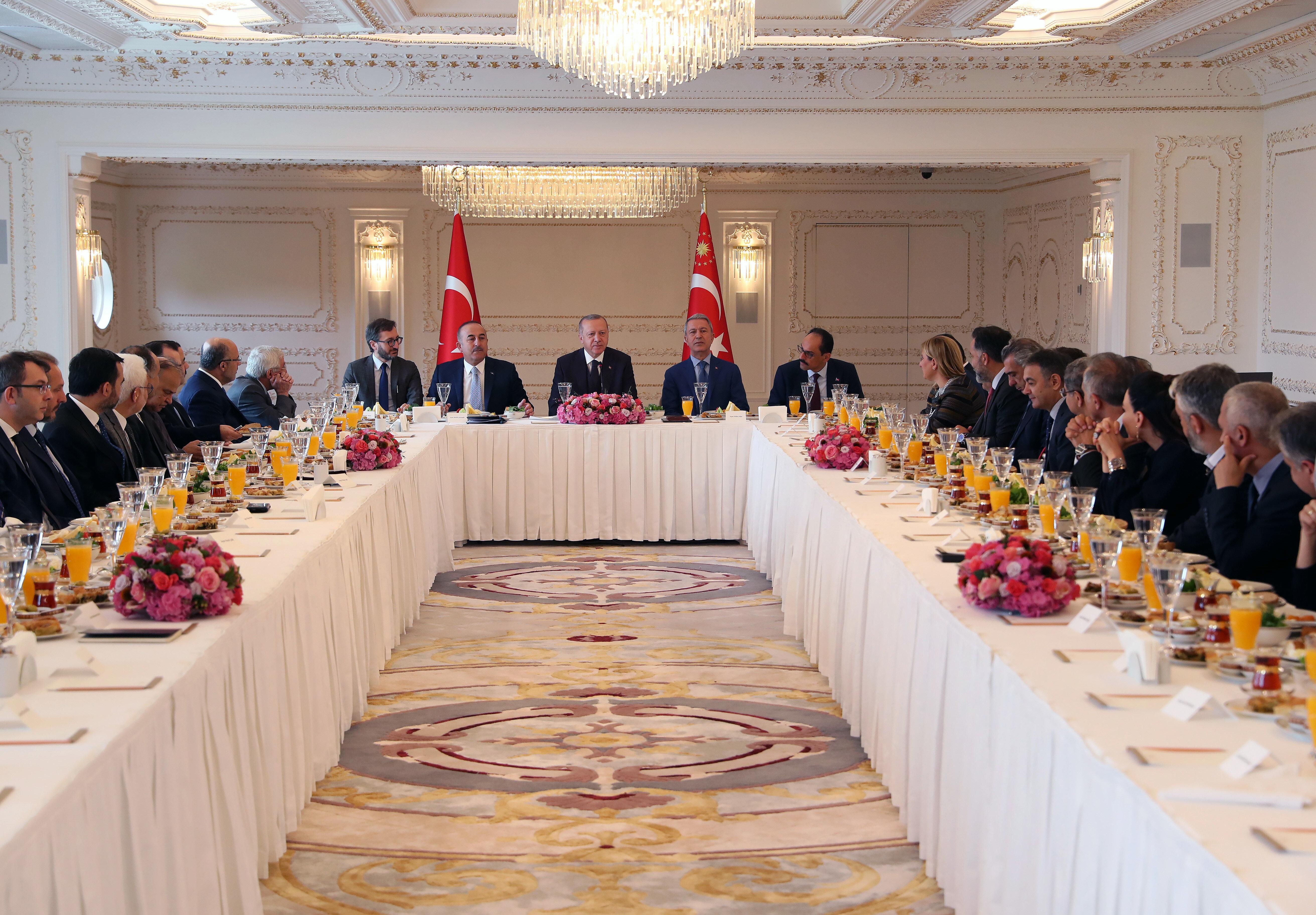 Cumhurbaşkanı Erdoğan, gazete ve televizyon kanallarının genel yayın yönetmenleri, bazı yazar ve akademisyenlerle Vahdettin Köşkü'nde bir araya geldi.