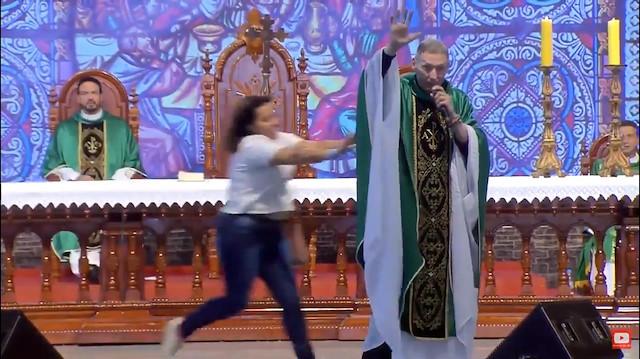 Vaaz veren rahibi sahneden aşağı attı