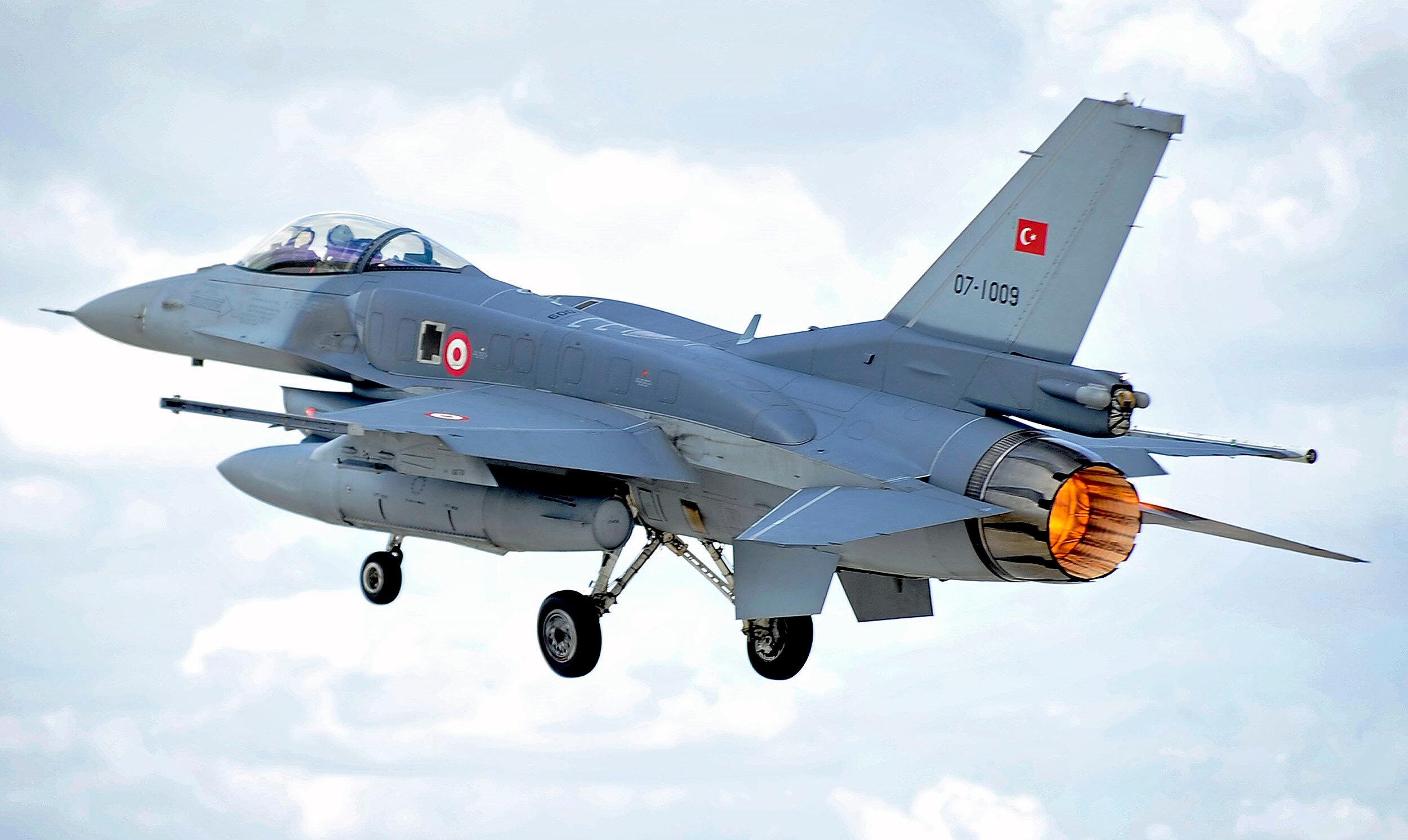 Türkiye, F-16 savaş uçaklarını çeşitli modernizasyonların ardından etkin bir şekilde kullanmaya devam ediyor.