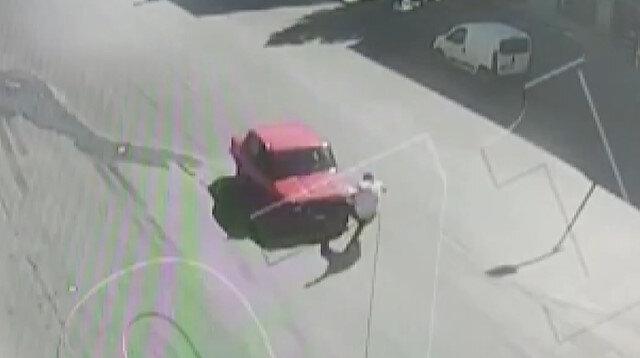 Drift yapan kişiyi engellemek isteyen yaya aracın üzerine atlayınca olanlar oldu