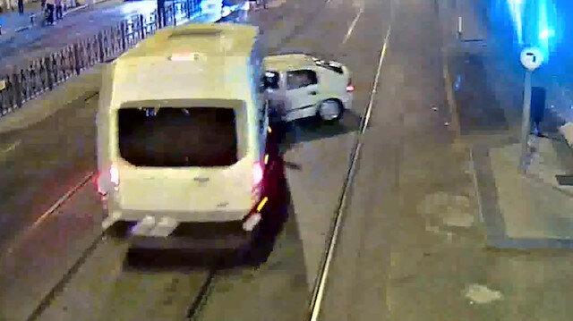 Tramvay yolunda polis minibüsü ve otomobil çarpıştı