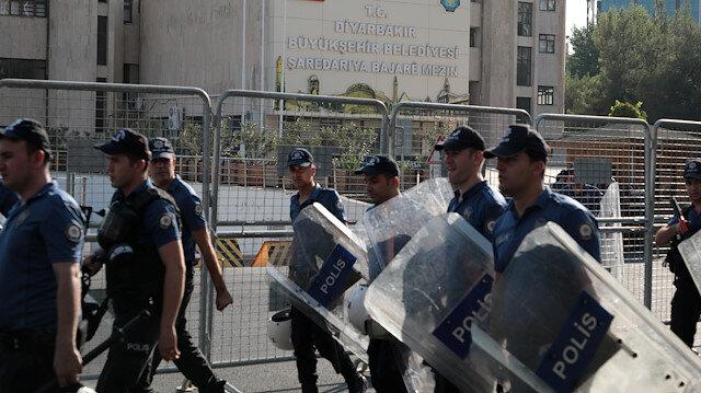 Diyarbakır ve Van büyükşehir belediye binalarında yoğun güvenlik önlemi