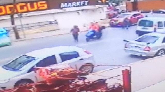 Güngörende motosikletlinin kadına çarpma anı kamerada