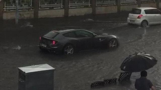 Caddebostan'da mahsur kalan Ferrari