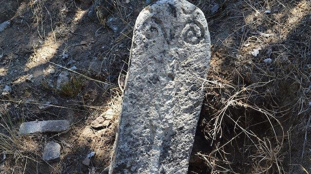 Yüzlerce yıllık koç başlı mezar taşı bulundu