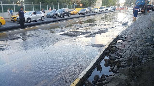 Haliç Köprüsü altındaki yolda su borusu patladı