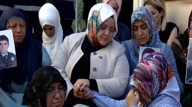 Aile Bakanı Selçuk'tan evlat nöbetine ziyaret