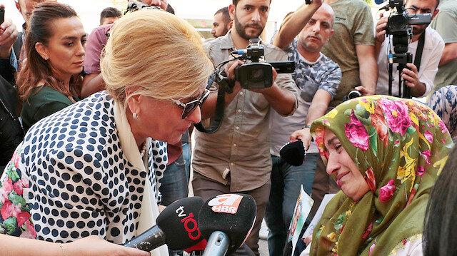 Anneleri ziyaret eden Nevin Gökçek gözyaşlarını tutamadı