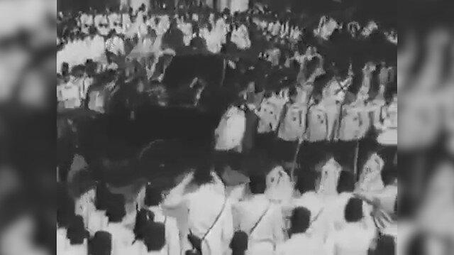 Sultan 2. Abdülhamid Yıldız Camiine giderken halkı selamlıyor
