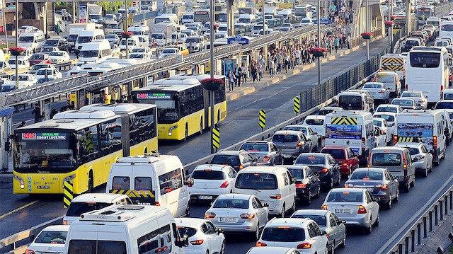 İstanbul'da büyük korkuya sebep olan depremin ardından trafik felç oldu