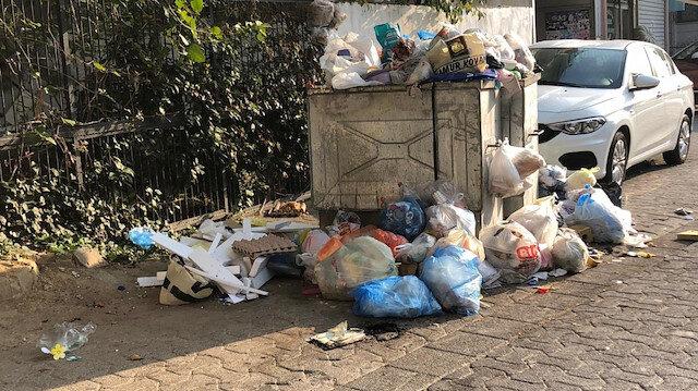 Ataşehir'de parasını alamayan temizlik çalışanları iş bıraktı sokaklar çöplüğe döndü