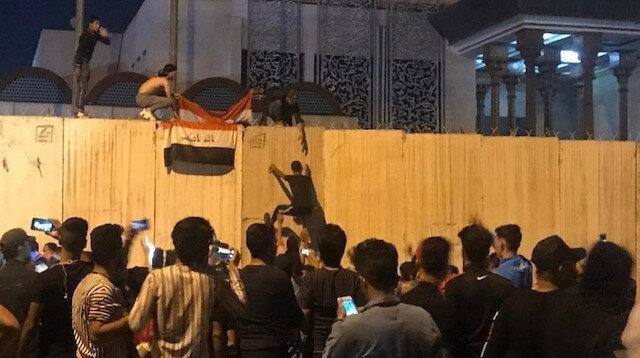 Irak'ta protestocular İran Konsolosluğu'na saldırdı: İran bayrağı indirilip Irak bayrağı astılar