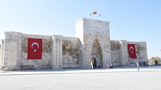 Alaaddin Keykubat tarafından yaptırılan kale gibi kervansaray: Sultanhanı