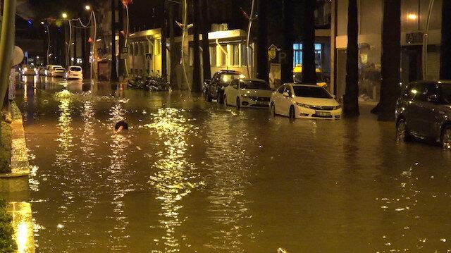 Marmariste sağanak yağış hayatı felç etti: Elektrik hatları kesildi çarşı göle döndü