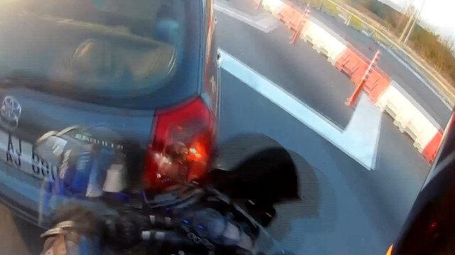Motosiklet sürücüsü, dikiz aynası kullanmayan otomobile çarptı