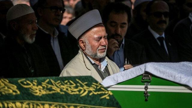 Emekli imam gözyaşları içinde oğlu ve torununun cenaze namazını kıldırdı