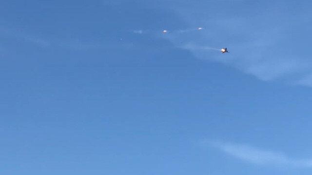 Savaş uçağı havada alev aldı pilotlar böyle kurtuldu