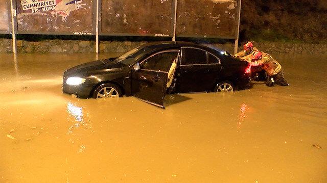 Pendik'te iki otomobil sağanakta mahsur kaldı