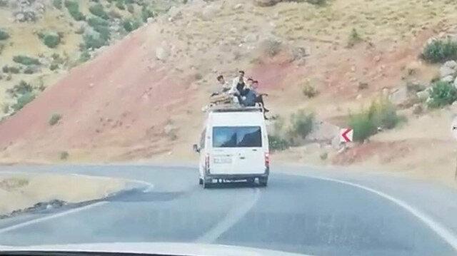 Minibüsün üstünde tehlikeli yolculuk